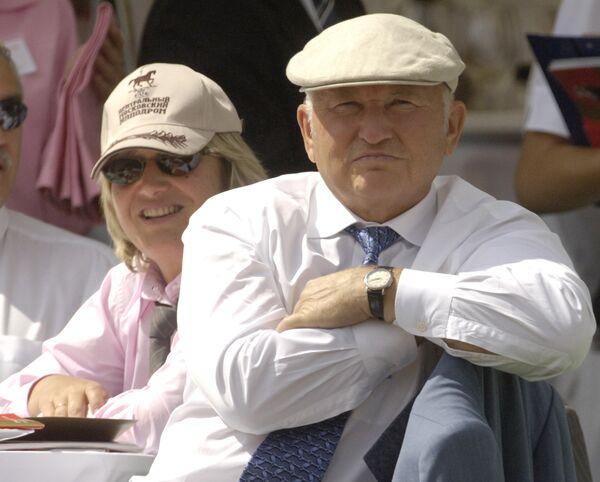 Мэр Москвы Юрий Лужков с супругой на скачках на приз президента РФ