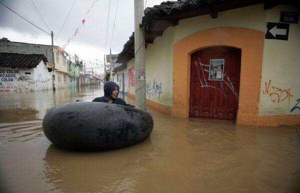 Более 300 домов разрушены вызванным дождями оползнем в городе Санта-Мария-Тлауитольтепек