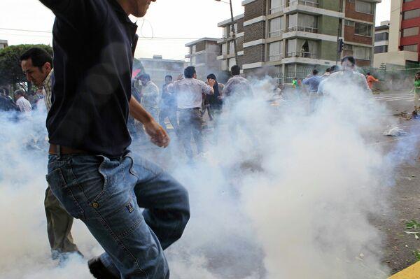Сторонников эквадорского президента Рафаэля Корреы полиция разгоняет слезоточивым газом