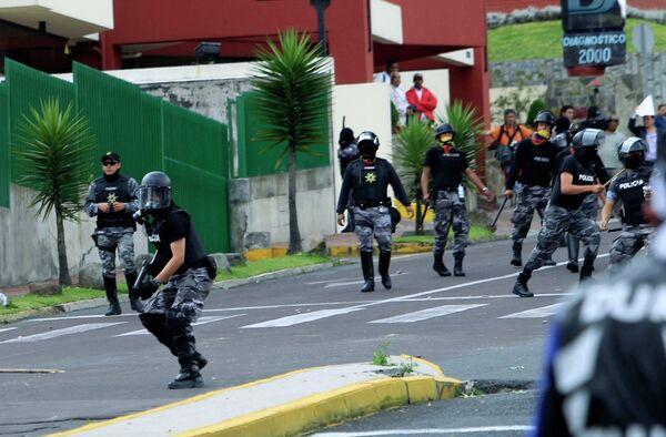 Столкновения митингующих полицейских и сторонников Рафаэля Корреа в Эквадоре
