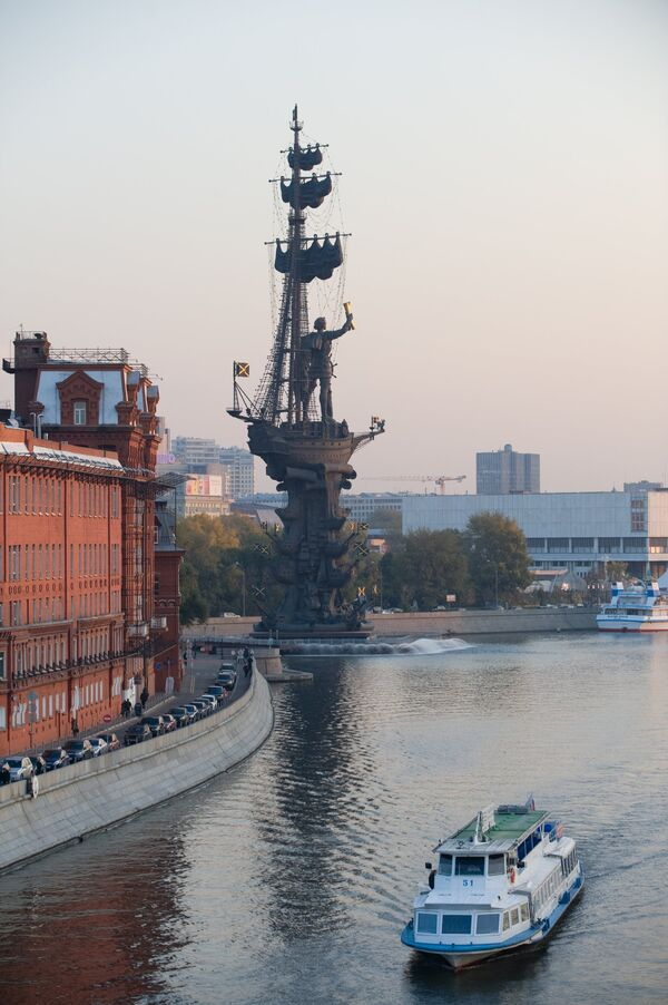 Памятник Петру I на Берсеньевской набережной в Москве. Архив