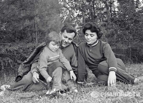 Летчик-космонавт Павел Попович с женой и дочерью