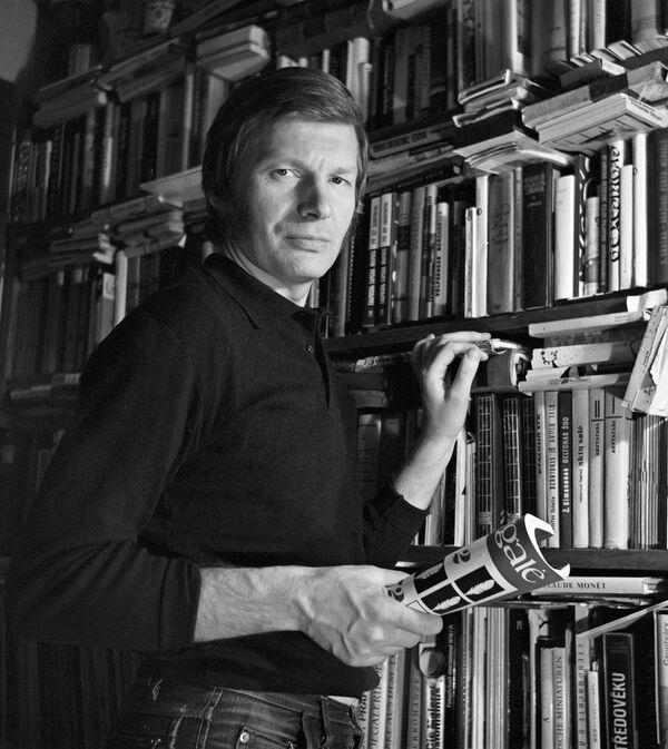 Литовский киноактер Юозас Будрайтис в своей библиотеке