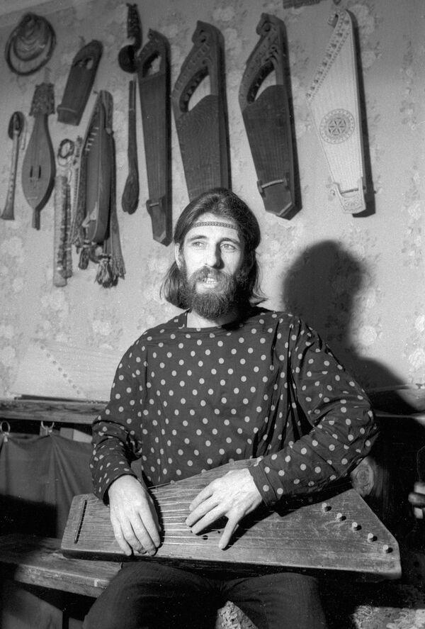 Реставратор музыкальных инструментов Поветкин. 1988 год