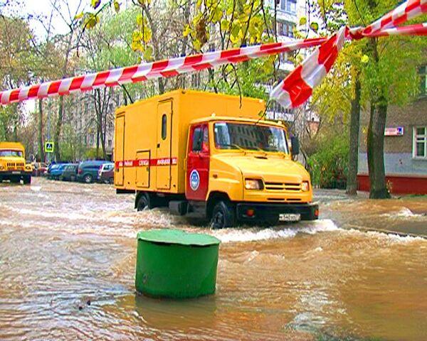 Московские улицы уходят под воду в результате аварии на трубопроводе