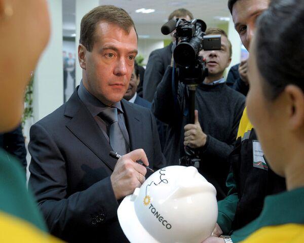Нижнекамские нефтяники взяли у Медведева автограф и позвали на Сабантуй