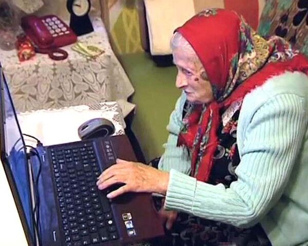 Долгожительница в 102 года общается с родственниками с помощью Skype