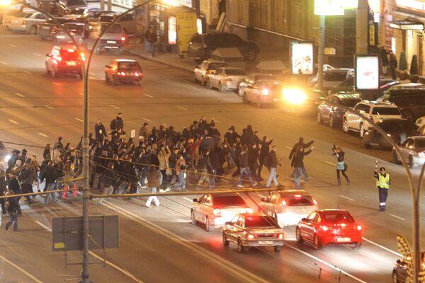 Шествие участников акции на Триумфальной площади
