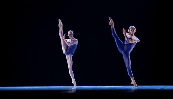 Анастасия Першенкова и Семен Чудин в сцене из постановки финского хореографа Йорма Эло Затачивая до остроты