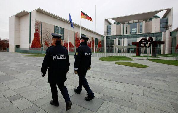 Полиция возле здания ведомства федерального канцлера Германии в Берлине