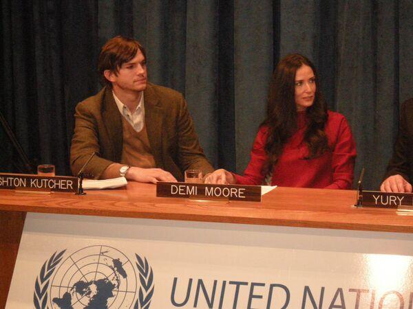 Деми Мур и Эштон Катчер на пресс-конференции в штаб-квартире ООН