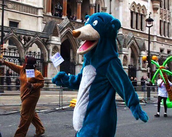 В костюмах медведя встретили нового лорда-мэра жители лондонского Сити