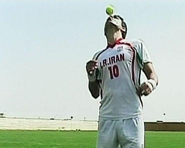 Иранский футболист стал мировым рекордсменом по жонглированию ногами
