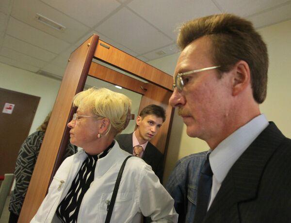 Приемные родители Глеба Агеева Лариса и Антон (на первом плане) в Преображенском районном суде Москвы