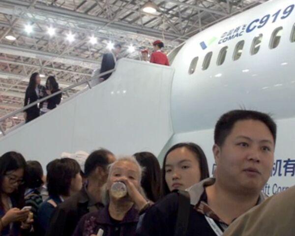 Посмотреть на китайский авиалайнер С-919 собралась огромная очередь