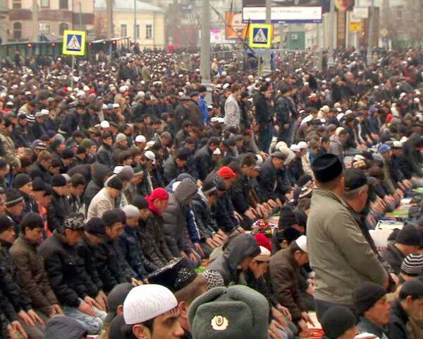 Тысячи мусульман совершили намаз в честь праздника Курбан-байрам в Москве