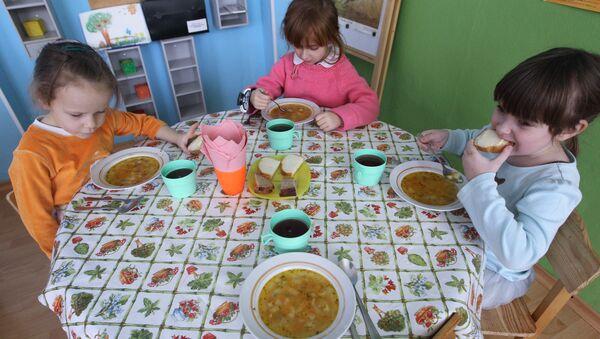 Малыши во время обеда в детском саду. Архивное фото
