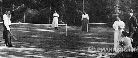 Писатель Лев Толстой играет в теннис.