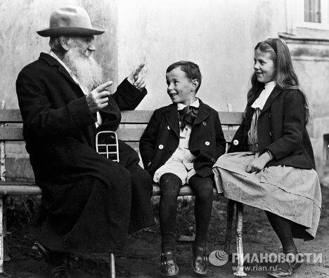 Лев Толстой с внуками Соней и Ильей