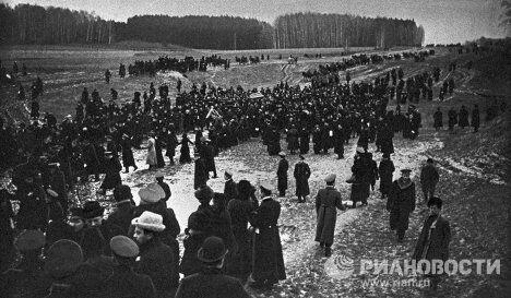 Похоронная процессия с телом русского писателя Льва Николаевича Толстого