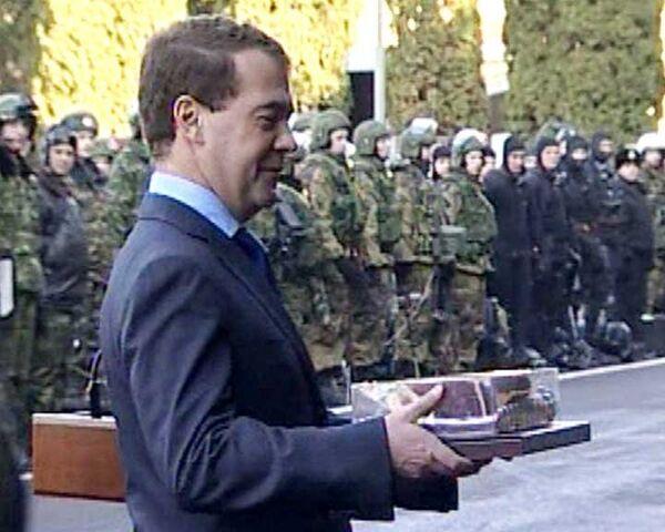 В Кисловодске Медведеву подарили краповый берет