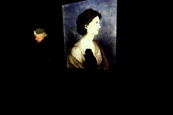Художник Андрей Монастырский на фоне своей инсталляции Тень зайца или 100 лет Брентано