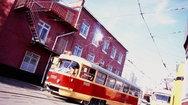 Трамвай выезжает из депо им. Апакова