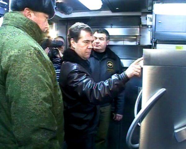 Медведеву на учениях показали армейскую посудомоечную машину