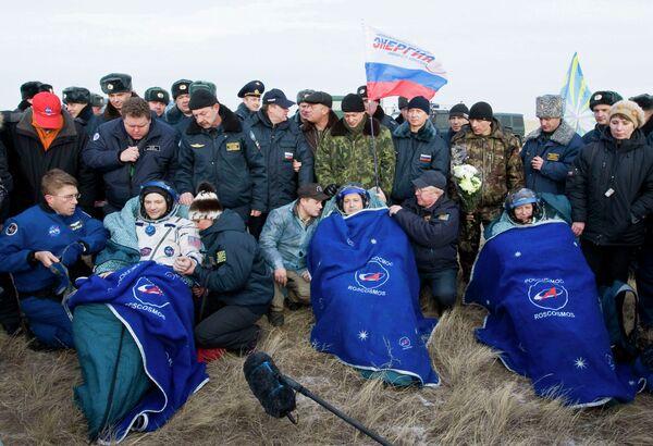 Экипаж Международной космической станции (МКС) в составе российского космонавта Федора Юрчихина и астронавтов НАСА Дагласа Уилока и Шеннон Уокер приземлился в Казахстане
