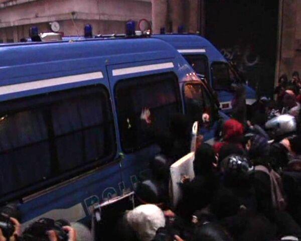 Протестующие в Риме студенты попытались перевернуть полицейский фургон