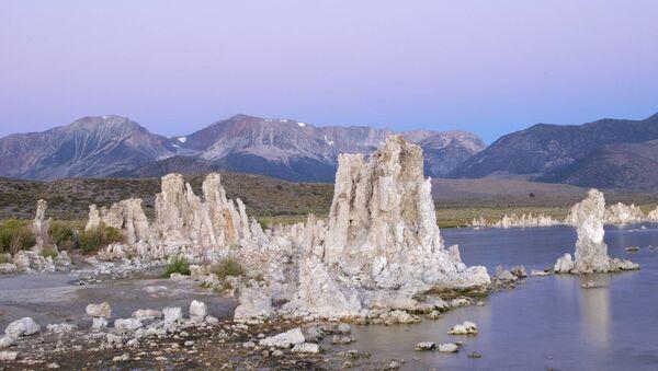 Соленое озеро Моно в Калифорнии, где были найдены бактерии, использующие в обмене веществ мышьяк вместо фосфора