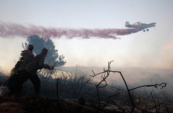 Спасательные работы на месте лесных пожаров в Израиле