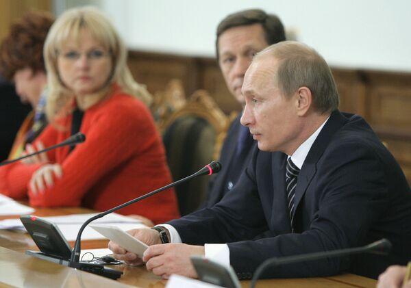 Премьер-министр РФ Владимир Путин на заседании Российско-Французской комиссии