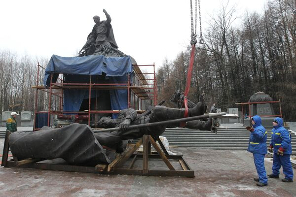 Монтаж памятника В борьбе против фашизма мы были вместе на Поклонной горе