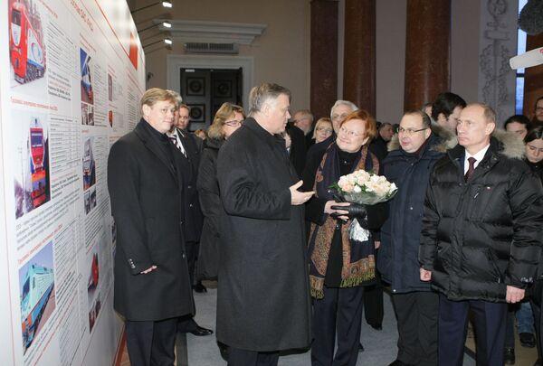 Председатель правительства РФ Владимир Путин (справа) и президент Финляндии Тарья Халонен (третья справа)