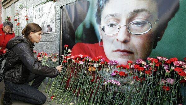 Возложение цветов у подъезда дома, в котором жила журналистка Анна Политковская. Архив