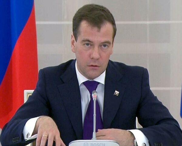 Медведев считает низкими российские зарплаты
