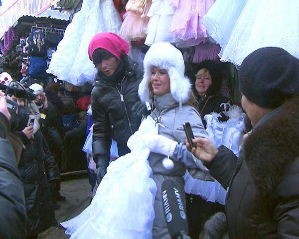Зверев помог Семенович выбрать свадебное платье на рынке
