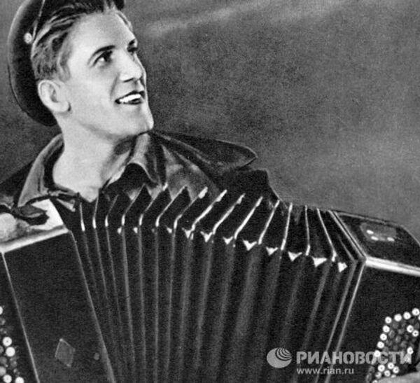 Актер Николай Крючков в сцене из фильма Трактористы