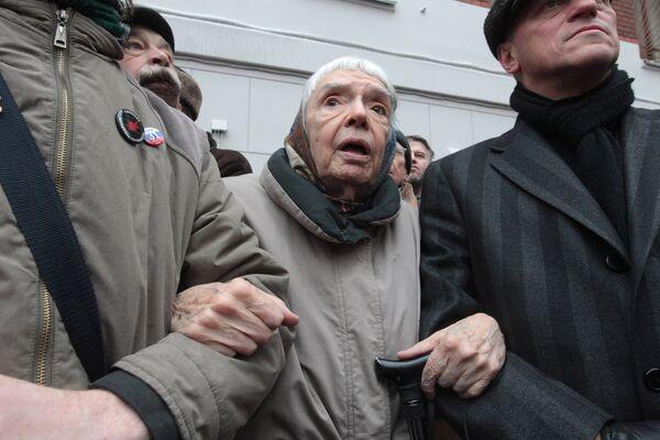 Глава Московской Хельсинской группы Людмила Алексеева принимает участие в пикете у Хамовнического суда Москвы. Архив