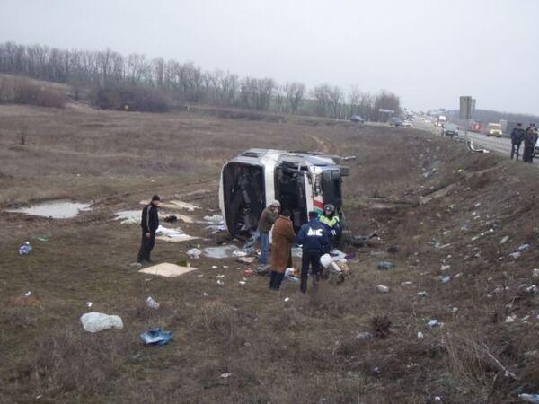 ДТП рейсового автобуса с фурой на трассе М-4 Дон в Ростовской области