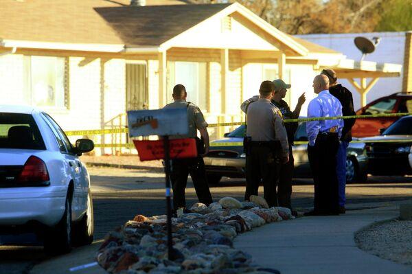 Представители полиции у дома Джареда Л. Лонера, подозреваемого в организации нападения на Габриэль Гиффордс в Аризоне