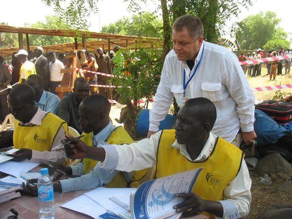 Сенатор Владимир Жидких наблюдает за работой сотрудников комиссии по проведению референдума на юге Судана