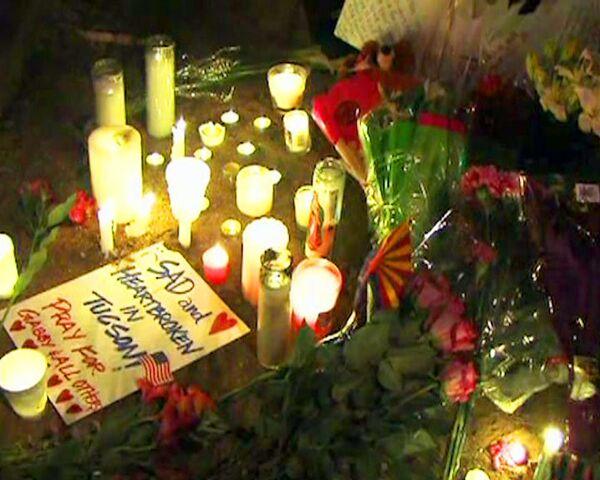 Жители Аризоны зажгли свечи возле штаб-квартиры Габриэль Гиффордс