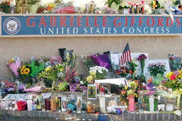 Цветы и свечи у штаб-квартиры Габриэль Гиффордс
