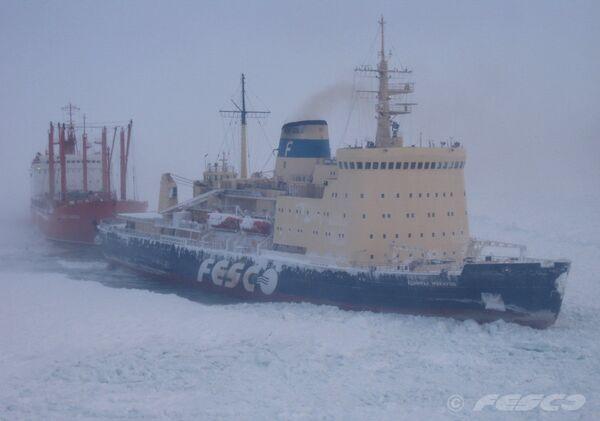 Операция по освобождению судов из ледового плена в Охотском море