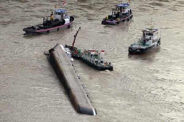 Танкер с грузом серной кислоты перевернулся в четверг утром на Рейне