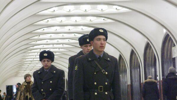 Сотрудники правоохранительных органов на станции Маяковская