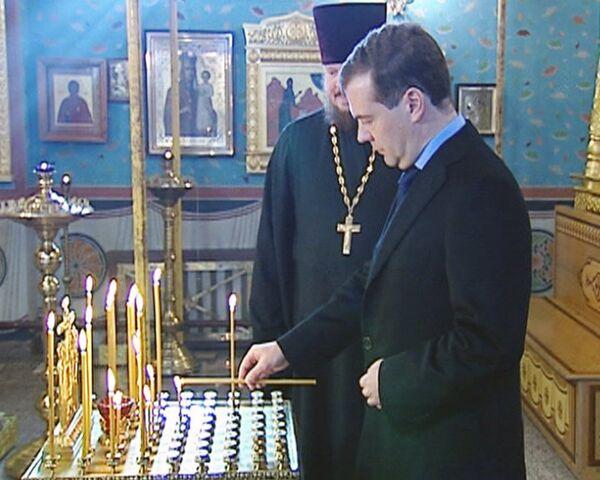 Медведев и Путин поставили в храмах свечи за упокой душ жертв теракта