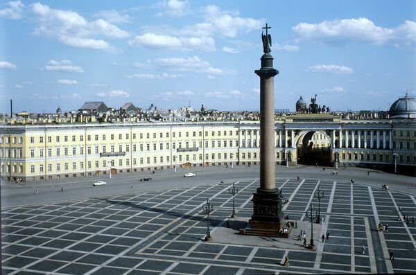 В центре Дворцовой площади Санкт-Петербурга